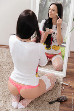 Sapphira Sweet Pussy by the Mirror - pics 01