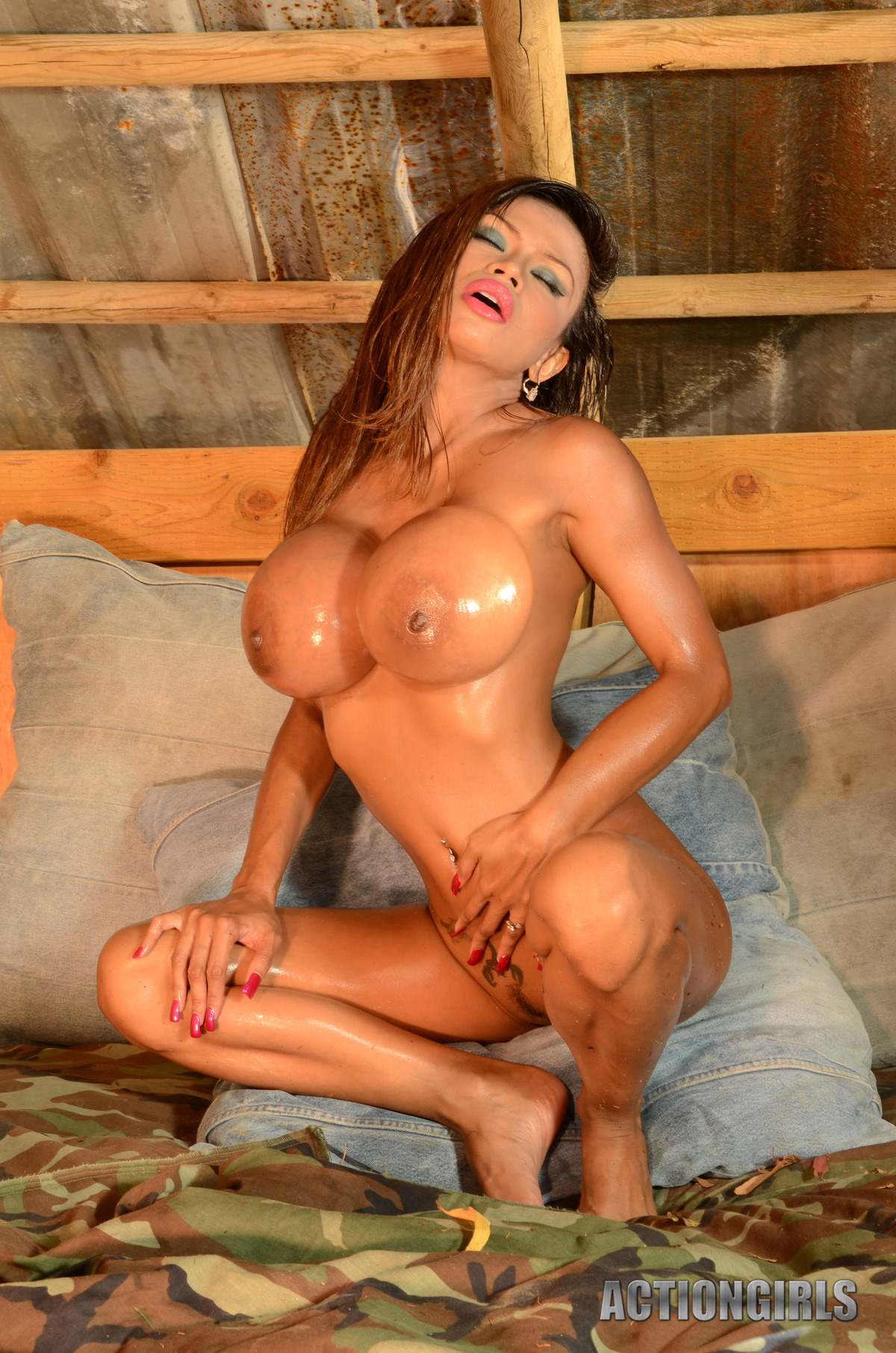 Goddess Armie Field Oiled Juggs - picture 04