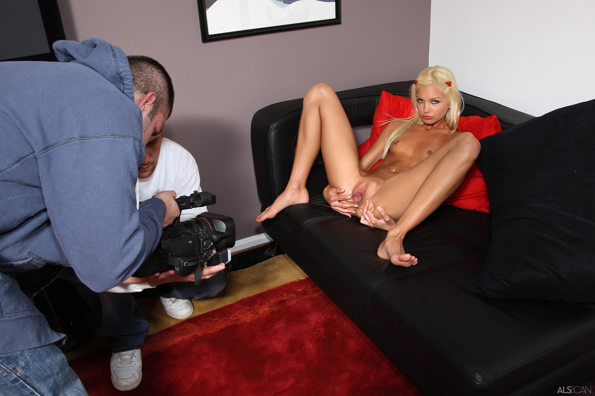 Franziska Facella - Peeing Blonde - picture 13