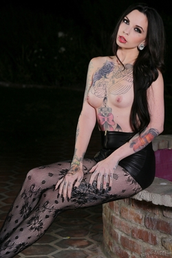 Tattooed Sexdoll by the Fontain - pics 08