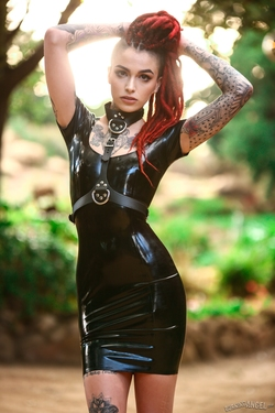Rasta Beauty Leigh Raven in Latex - pics 00