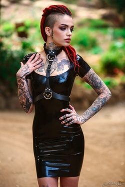 Rasta Beauty Leigh Raven in Latex - pics 05