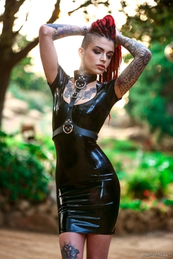 Rasta Beauty Leigh Raven in Latex - pics 06