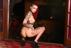 Rasta Beauty Leigh Raven in Latex - pics 11