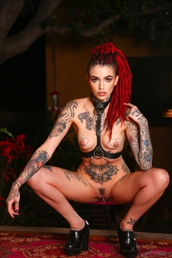 Rasta Beauty Leigh Raven in Latex - pics 12