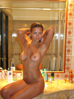 Busty Amateur Babe Sexy Selfies - pics 00