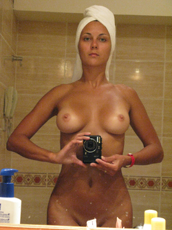 Busty Amateur Babe Sexy Selfies - pics 09