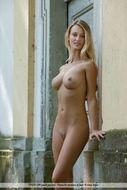 Tall and Busty Bombshell Carisha - pics 00