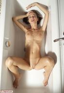 Hot Kiki Sexy Bottom in the Tub - pics 01