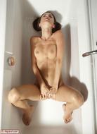 Hot Kiki Sexy Bottom in the Tub - pics 02