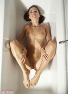 Hot Kiki Sexy Bottom in the Tub - pics 03