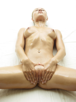 Blonde Angel Darina L - Baby Oil - pics 11
