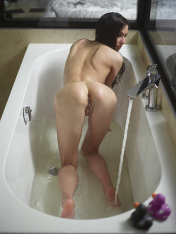 Bathtime Fun with a Horny Babe Eva - pics 06