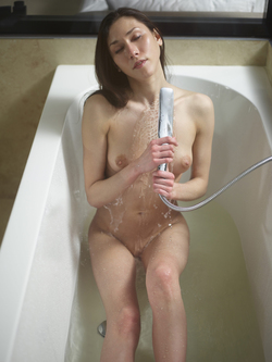 Bathtime Fun with a Horny Babe Eva - pics 12