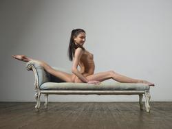 Flexi Girl Eva Showing Bald Pussy - pics 01