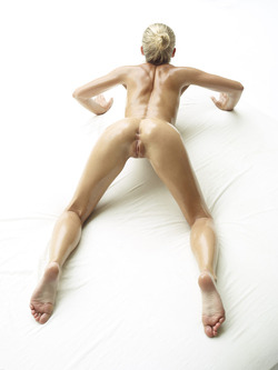 Oiled Beauty Darina L Sex Show - pics 10