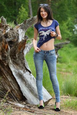 Yummy Brunette Skinny Jeans Pics - pics 00