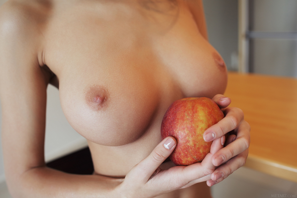 Sexy Nude Girl Lydia A Apple a Day - picture 01