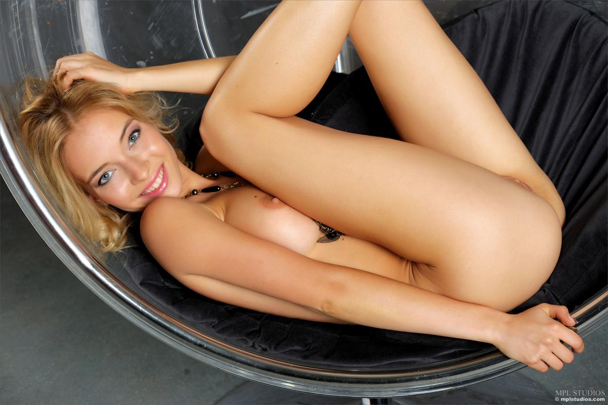 Blonde Danica Teasing Glimpses - picture 03