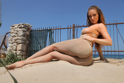 Incredibly Hot Busty Babe Vivien - pics 05