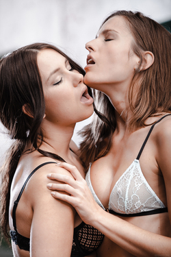 Pussy Licking Sexy Brunette Couple - pics 12