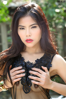 Sensual Asian Babe Veevie Red Lips - pics 02