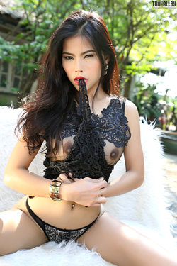 Sensual Asian Babe Veevie Red Lips - pics 05