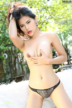 Sensual Asian Babe Veevie Red Lips - pics 11