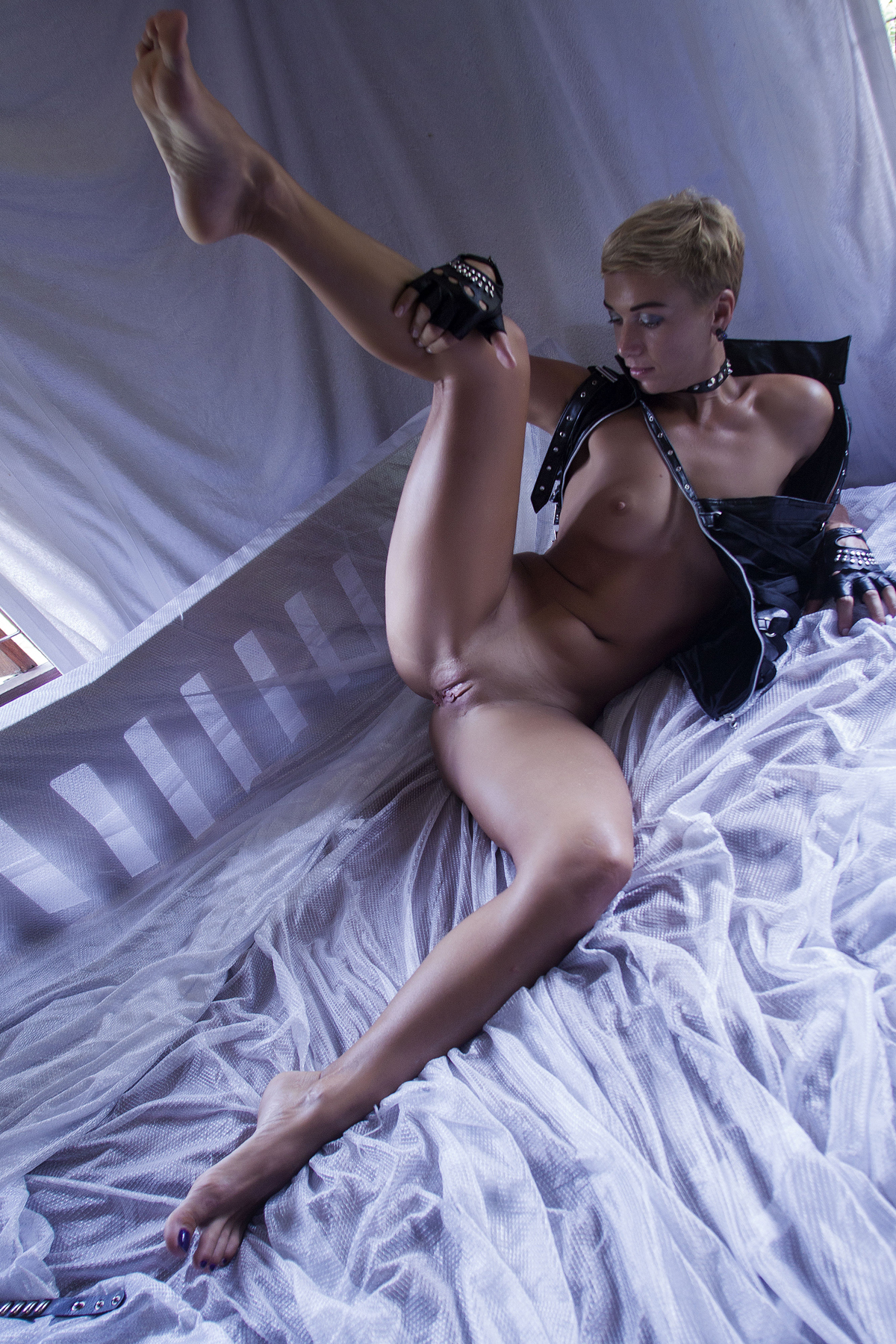 Lindra Rebellious Slut in Chains - picture 02