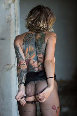 Tattooed Stacy in Ripped Pantyhose - pics 10