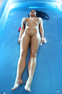 Busty Beauty Lucy Wet Dildo Games - pics 01
