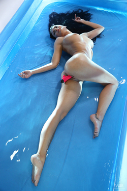 Busty Beauty Lucy Wet Dildo Games - pics 11