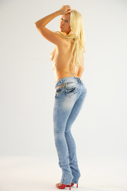 Gorgeous Blonde Carla Sexy Jeans - pics 06