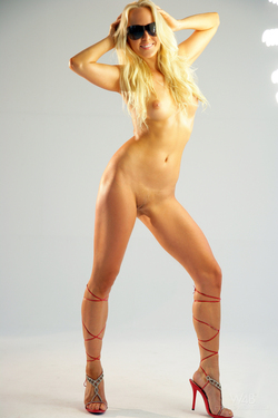 Gorgeous Blonde Carla Sexy Jeans - pics 10