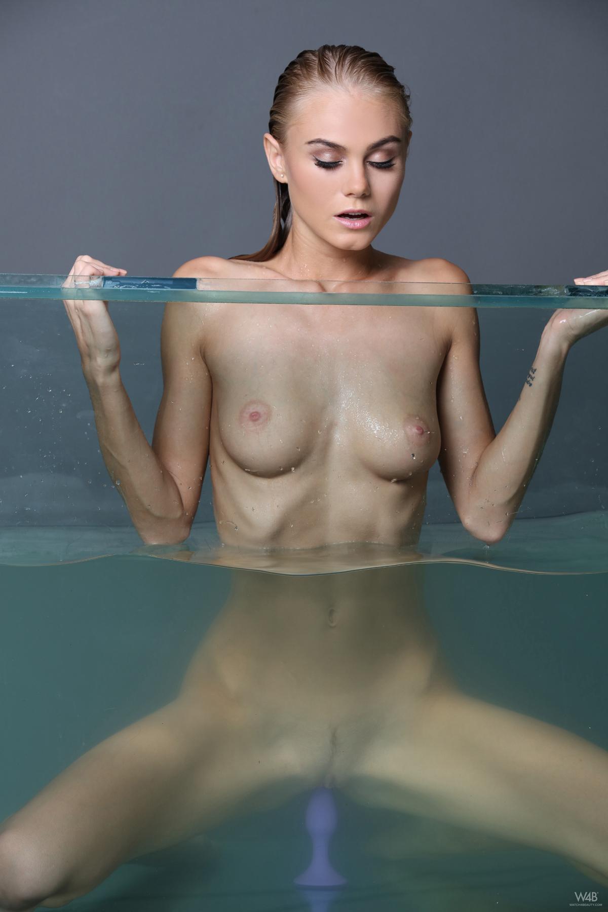 Nancy A Masturbating in Aquarium - picture 00