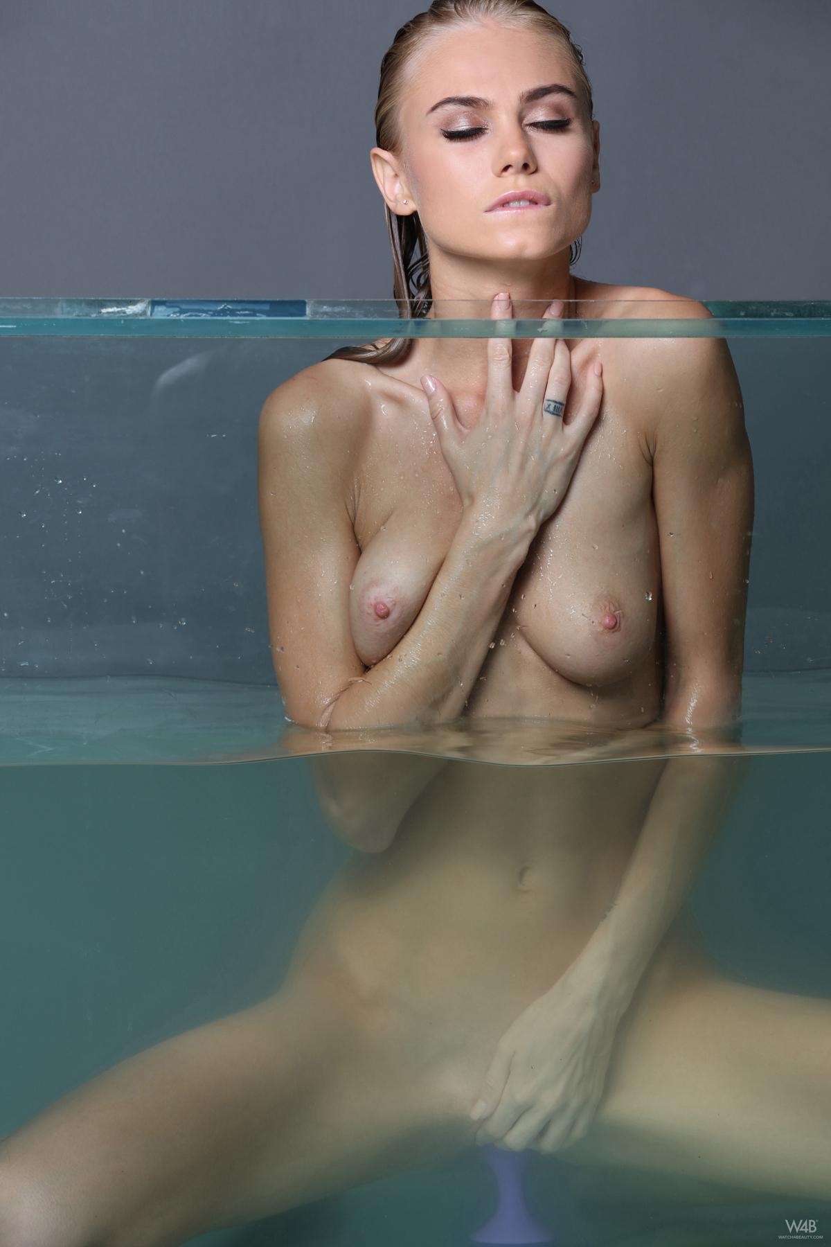 Nancy A Masturbating in Aquarium - picture 01