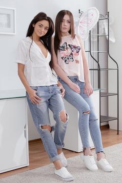 Nikola Hot Lesbians in Sexy Jeans - pics 00