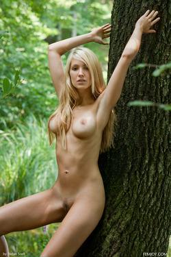 Sensual Blonde Corinna Lakeside - pics 01