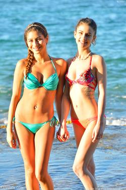 Kristen And Nina Kinky Ocean View - pics 00