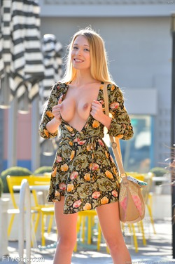 Blonde Riley More than Revealing - pics 00