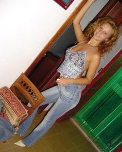 Curly Amateur Babe in Skinny Jeans - pics 19