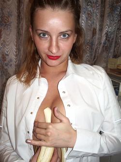 Sexy Amateur Babe Sucking a Banana - pics 04