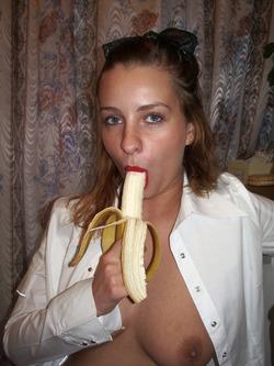 Sexy Amateur Babe Sucking a Banana - pics 05