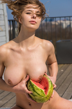 Big Boobed Beauty Yelena Alindis - pics 06