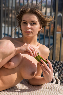 Big Boobed Beauty Yelena Alindis - pics 11
