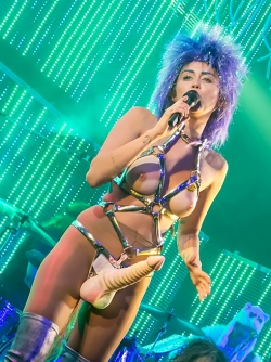 Slutty Singer Miley Cyrus Crossed a Line of No Return - OMFG !!!