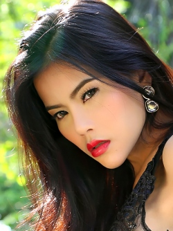 Sensual Asian Babe Veevie Red Lips