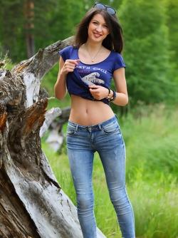 Yummy Brunette Skinny Jeans Pics