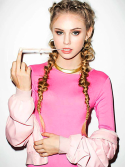 Teen Celeb Scarlett Leithold Pretty Face and Beautiful Green Eyes
