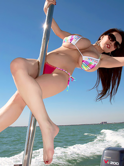 Dangerous Asian Sexbomb Hitomi Tanaka Enjoys her Boat Trip